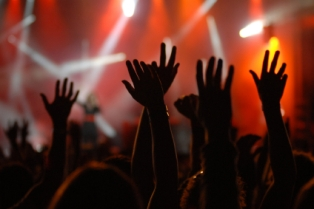 hands-lifted-in-worship1